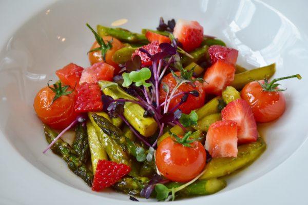 Salade colorée pour manger sainement (techniques de naturopathie)
